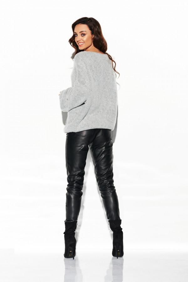 Sweter z dekoltem i luźnymi rękawami 2