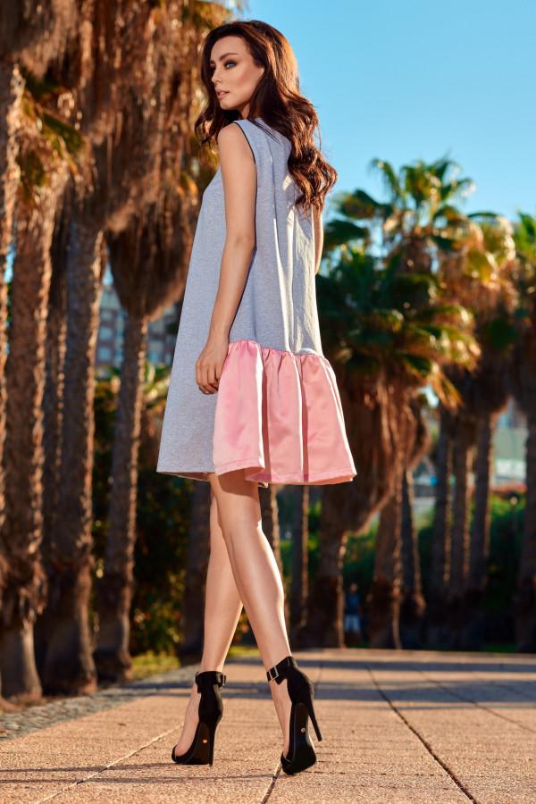 Trapezowa sukienka z satynową falbaną 3