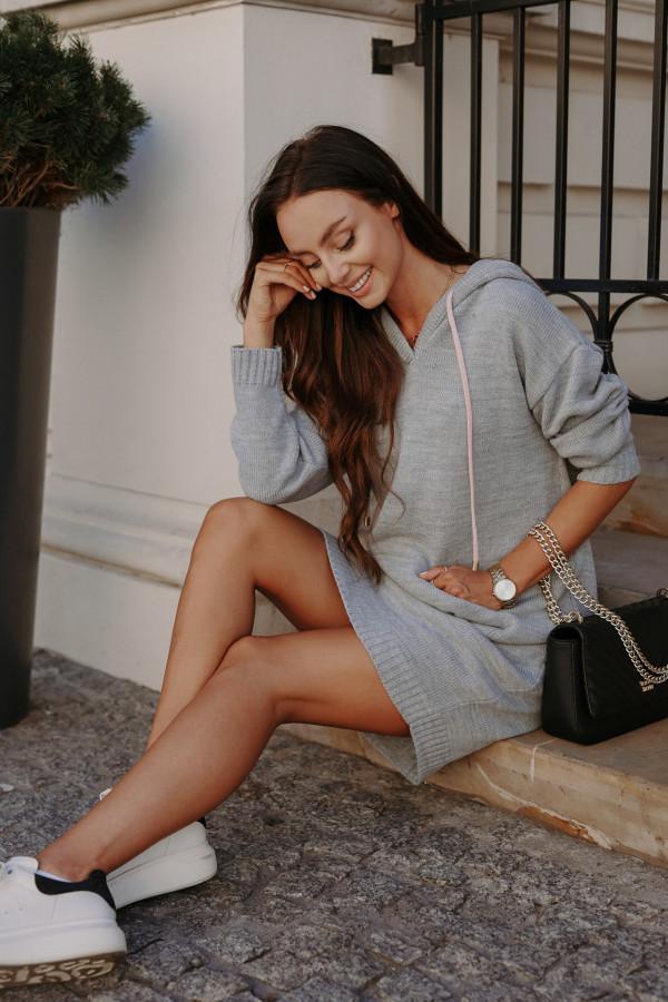 Swetrowa sukienka z kapturem LISBONA
