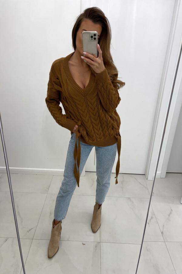 Sweter z dekoltem w serek i wiązaniami LILU brąz
